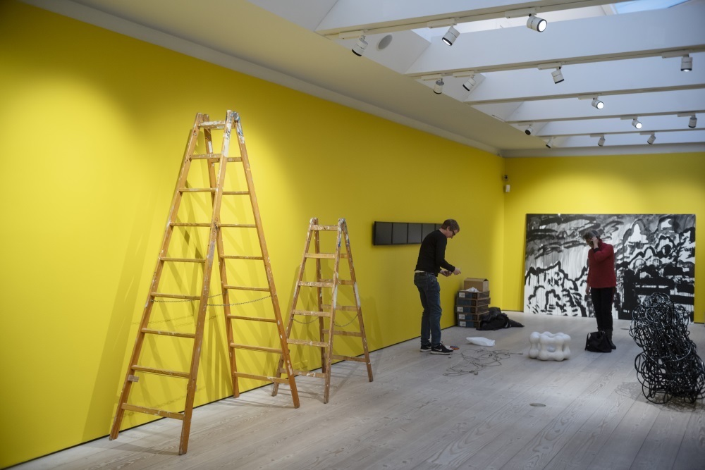 Kunstnere fra kunstgruppen Grønningen ophænger fællesudstilling på Kunstforeningen Gammel Strand.